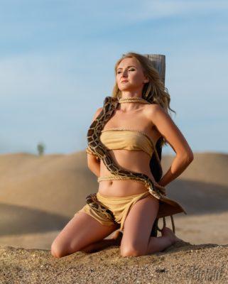 Привязанная девушка со змеей