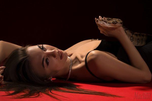 Фото девушка со змеей