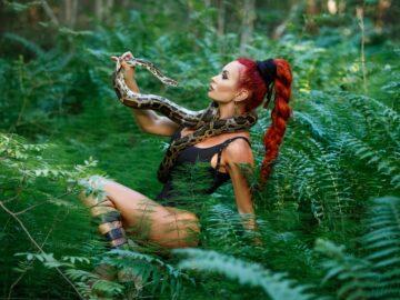 Амазонка со змеей